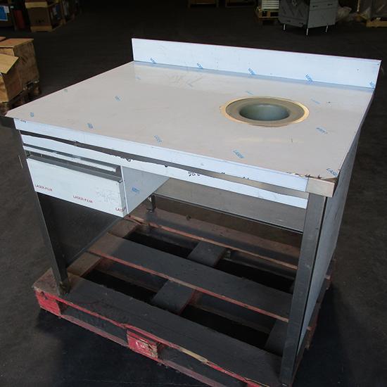 Arbeitstisch geschlossen auf drei Seiten mit Aufkantung, Schublade und Abfallloch, 1085x800 mm
